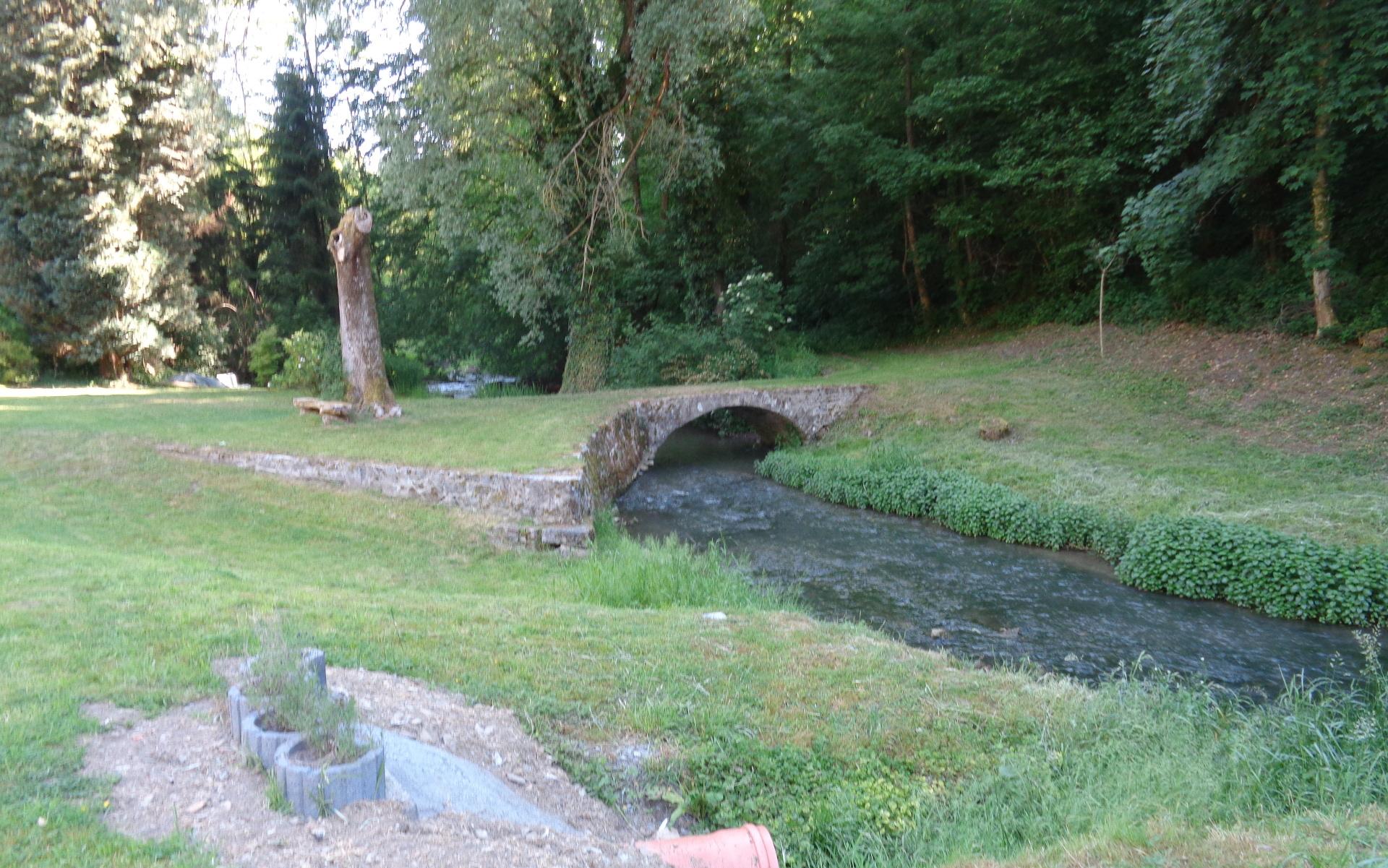passage du ruisseau qui termine la promenade Jenneret, petit village de Durbuy à l'entrée du Condroz