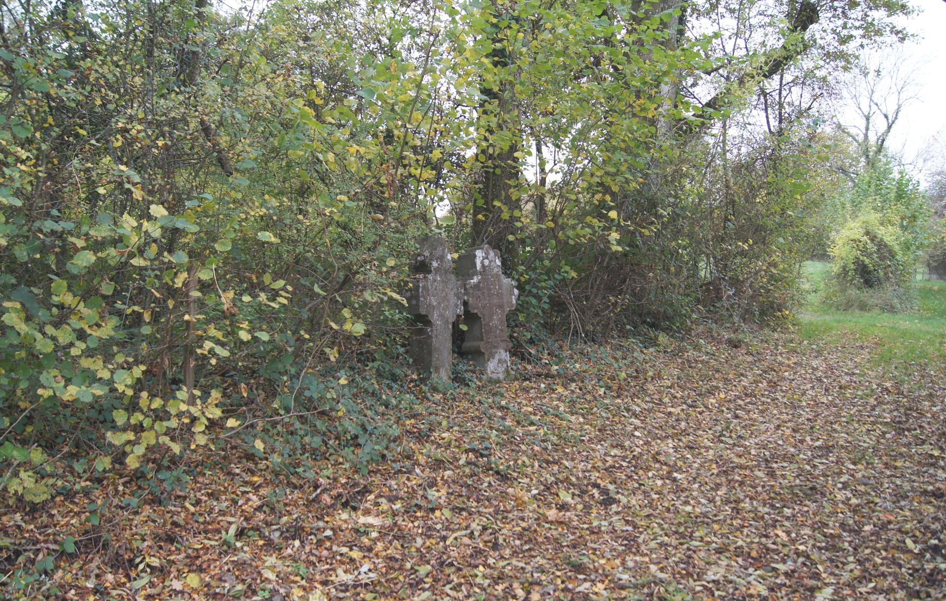 Croix d'occis situées sur la promenade Fond Wenin rappellent la mort de deux jeunes par asphixie qui se sont endormis sur un four à chaud