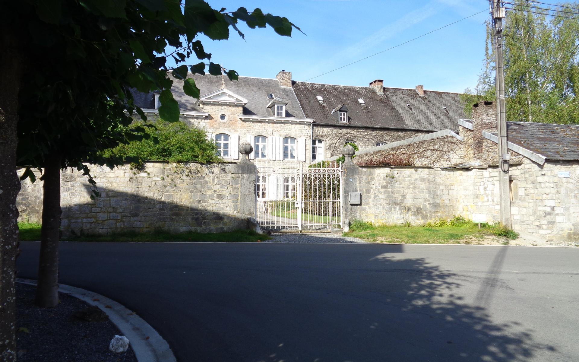 le chateau au bas du village sur le circuit VTT plateau de Herbet