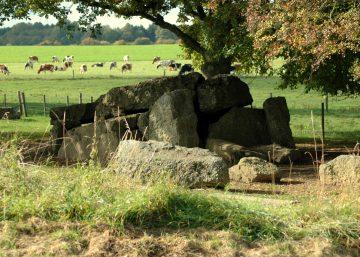 les pierres du dolmen de Wéris rencontré au cours du circuit vélo non balisé